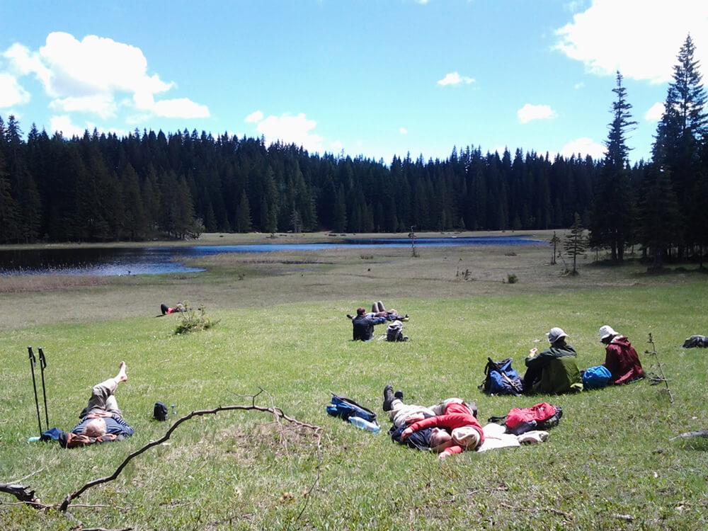 Pohodniki ob jezeru barno, Durmitor, Črna Gora